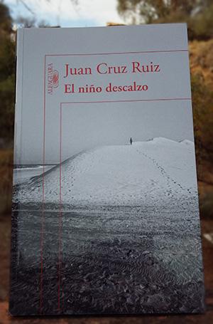 «El niño descalzo» de Juan Cruz Ruiz —Editorial Alfaguara—