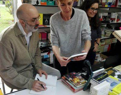 Eduardo Halfon junto a la librera Pilar Eusamio